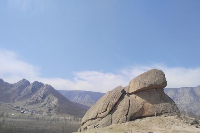 Встречают в Монголии и горные пейзажи.