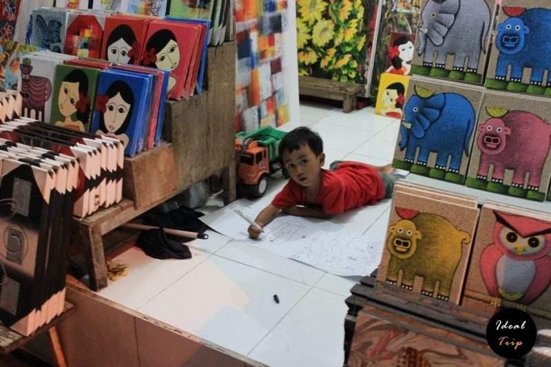 Мальчик в магазине на Бали