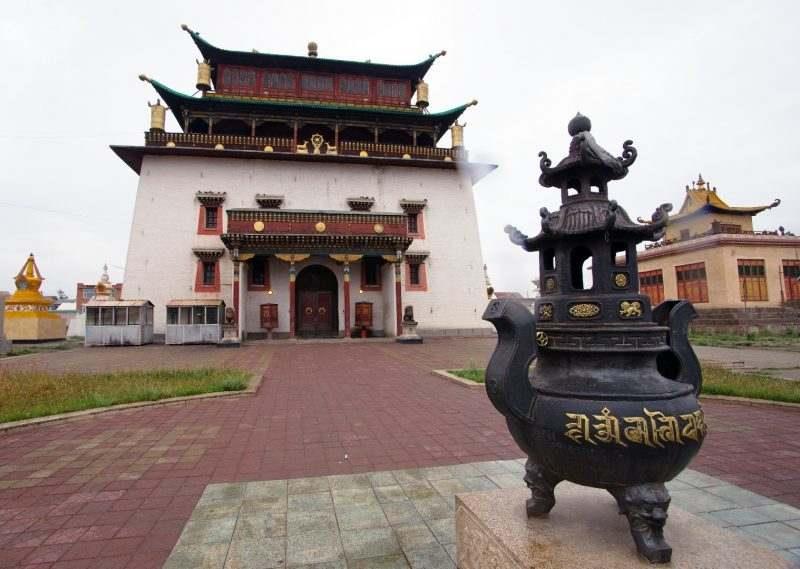 вид на монастырь Гандан в Улан-Баторе