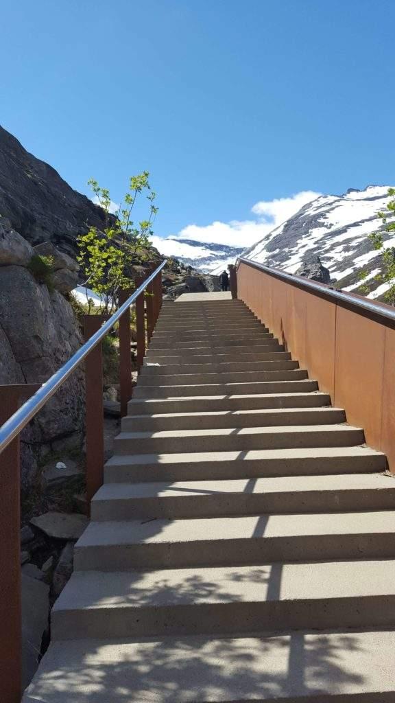 Поднимаемся к обзорной площадке на вершине Лестницы Троллей