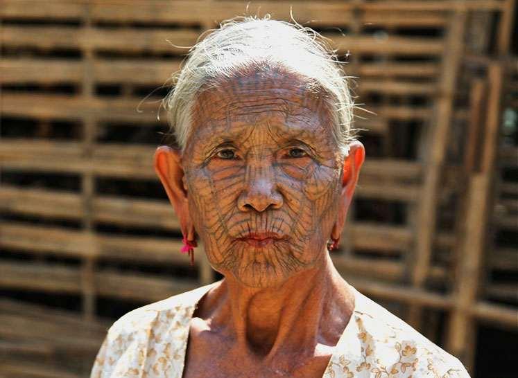Женщина племени Чин с тату на лице