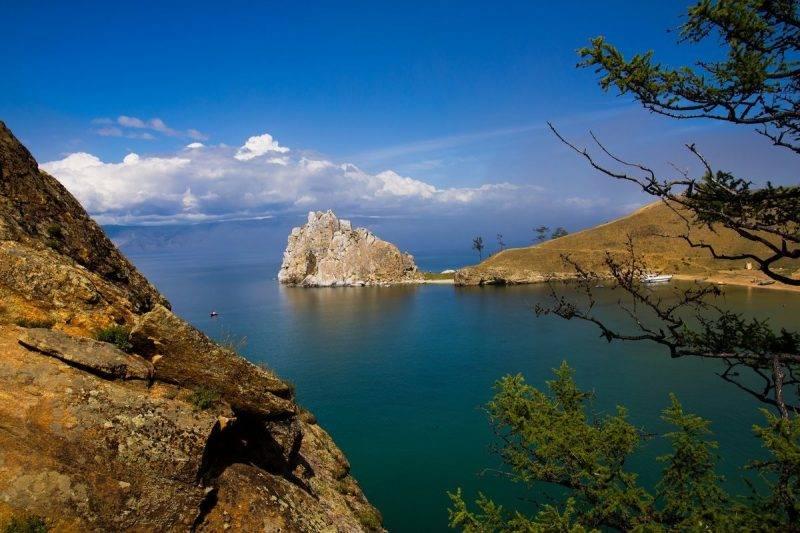 Байкал: скала Шаманка на острове Ольхон