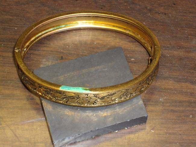 Поддельный золотой браслет