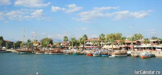 Сиде - красивый городишко на небольшом полуострове всего 800 м в длину, по обеим сторонам которого лежат два великолепных песчаных пляжа