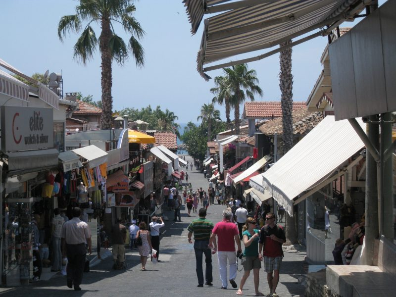 Небольшие магазинчики для туристов на набережной города Сиде