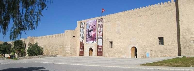 У входа в археологический музей Сусса