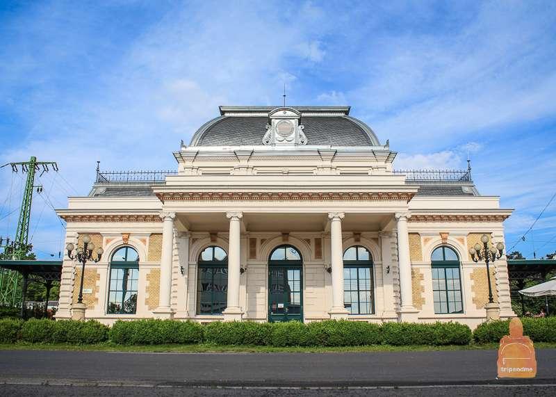 Здание Королевского зала ожидания в Геделле