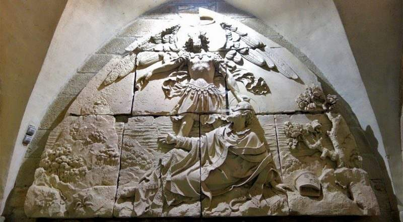 Барельеф тимпана церкви, изображающий явление архангела Михаила архиепископу Оберу