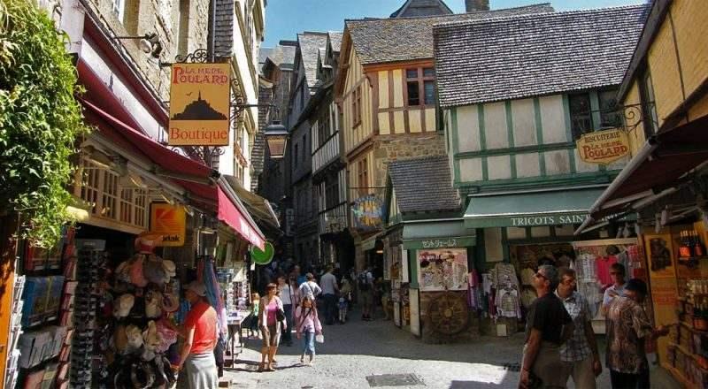 Grande Rue — главная улица города, на которой, кроме магазинчиков и отелей, располагаются мэрия, церковь и даже кладбище