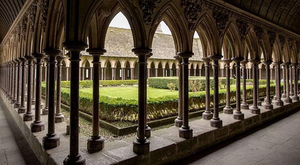 Клуатр монастыря с галереей и маленьким садом посередине, был местом для молитв, сбора монахов и других общих мероприятий