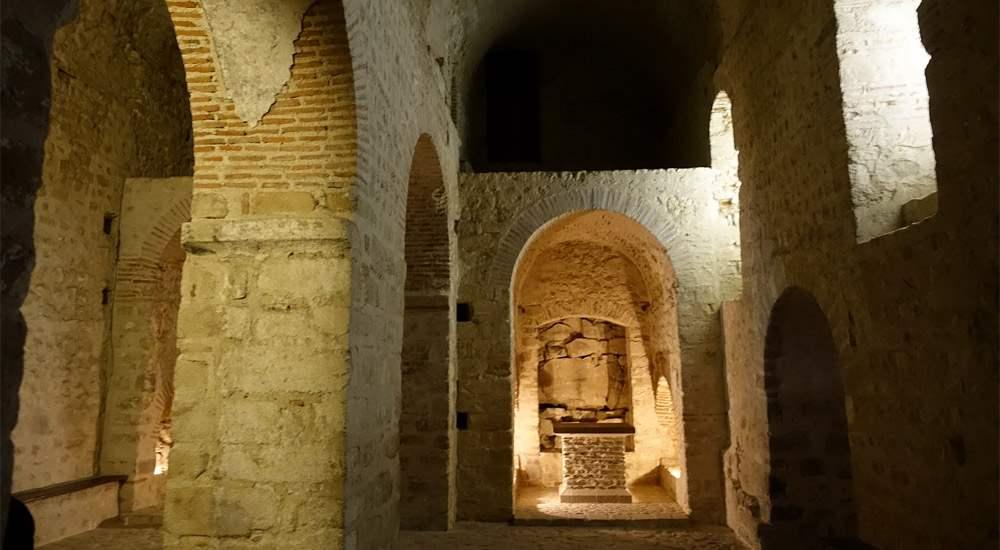 Крипта Notre Dame sous Terre — самая старая часть монастыря, служит опорой для западной части нефа храма и сохранилась практически в неизменном виде