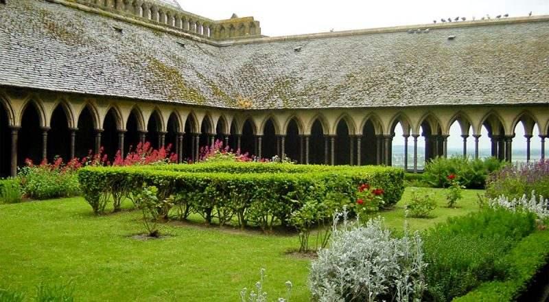 Небольшой зеленый сад посередине клуатра монастыря