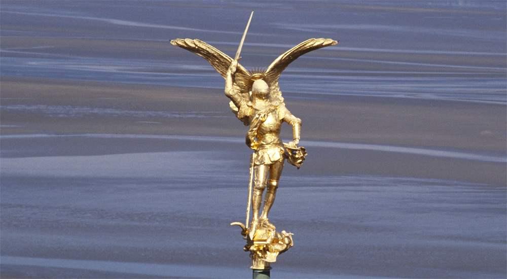 Скульптура Архангела Михаила, венчающая шпиль церкви