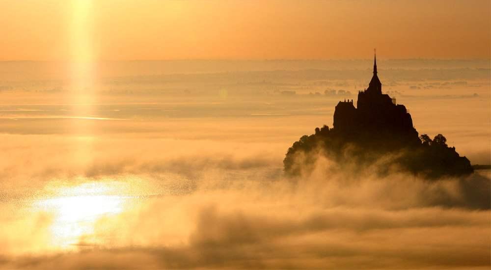 Сказочный Мон-Сен-Мишель в утреннем тумане