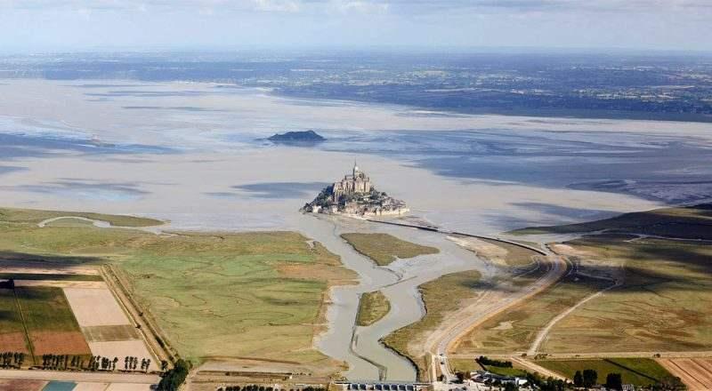 Вид на залив и остров Мон-Сен-Мишель сверху